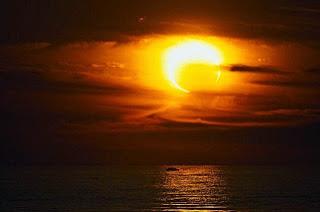 E o quarto anjo tocou a sua trombeta, e foi ferida a terça parte do sol, e a terça parte da lua, e a terça parte das estrelas; para que a terça parte deles se escurecesse, e a terça parte do dia não brilhasse, e semelhantemente a noite.