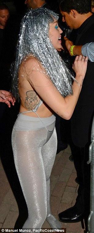 مايلي سايروس في زي شبه عاري خلال حفلة في ميامي