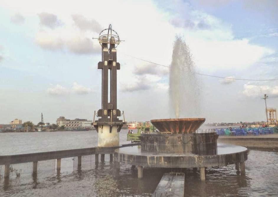 taman alun kapuas merupakan salah satu lokasi wisata dalam kota pontianak yang dapat dikunjungi kapan saja dimana letaknya di tengah