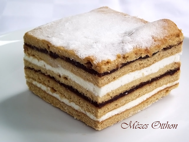 grízes mézes krémes sütemény szilvalekvárral fotó