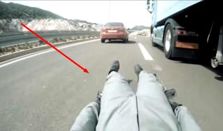 videos de camiones mecanico skateboarder reparando un volvo en marcha