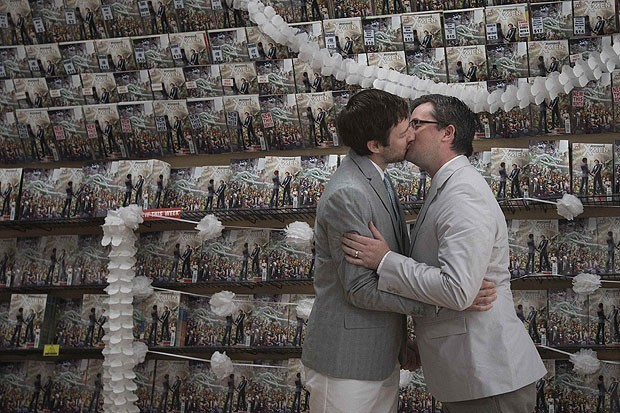 Jason Welker (à esquerda) e Scott Everhart se casaram no dia do lançamento da HQ que mostra a união do mutante Northstar com seu namorado (Foto: Adrees Latif/Reuters)