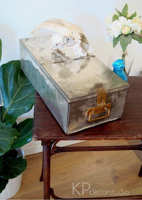 caja metálica antigua de metal