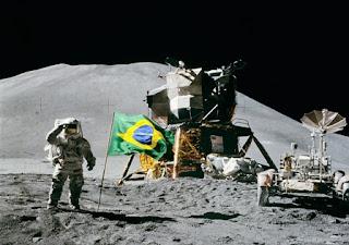 astronautas com bandeira do brasil na lua