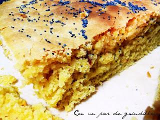 Pan de maíz con tomate deshidratado y aceitunas negras