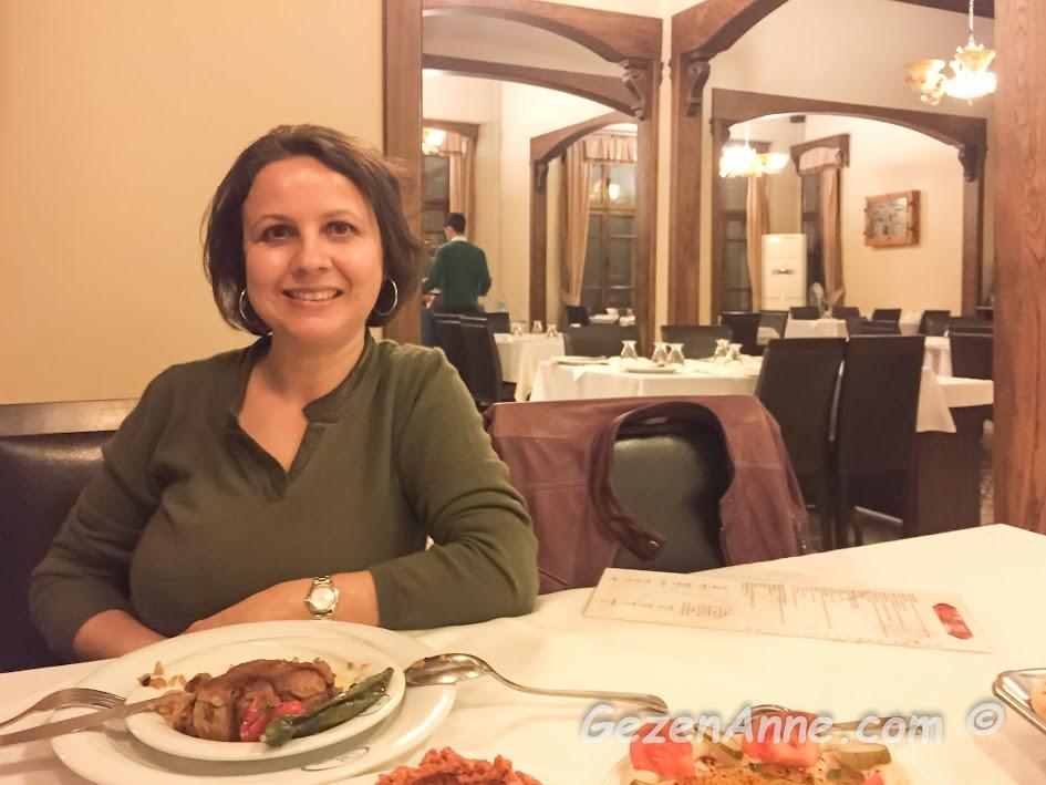 Sveyka restoranda yemek yerken ve restoranın ortamı, Antakya Hatay