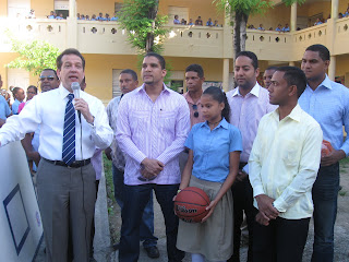 Diputado Ito Bisonó entrega utilerías deportivas a estudiantes de SC