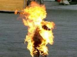 Lelaki berapi dalam tandas, Seorang pekerja stesen minyak yang menyedari kepulan asap dari tandas stesen berkenaan terkejut apabila mendapati seorang lelaki terbakar hampir keseluruhan tubuhnya sebaik berjaya membuka dengan menendang pintu yang berkunci dalam kejadian di sebuah stesen minyak di Batu 1, Jalan Apas, di sini, kelmarin,