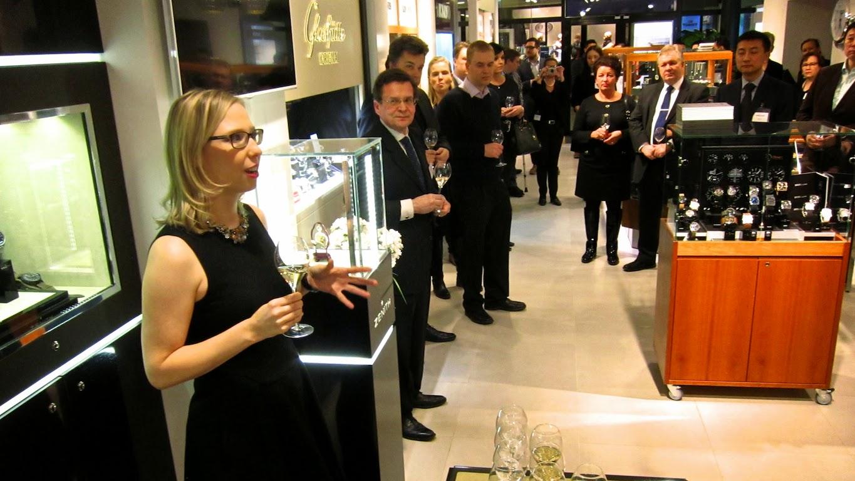 Jännittävä yksityiskohta Zenith-illassa oli Aseman kellon Seppo  Kallioniemen järjestämät arpajaiset. Palkintona oli yksi hänen  kellokokoelmiensa Zenith eda10fcb18