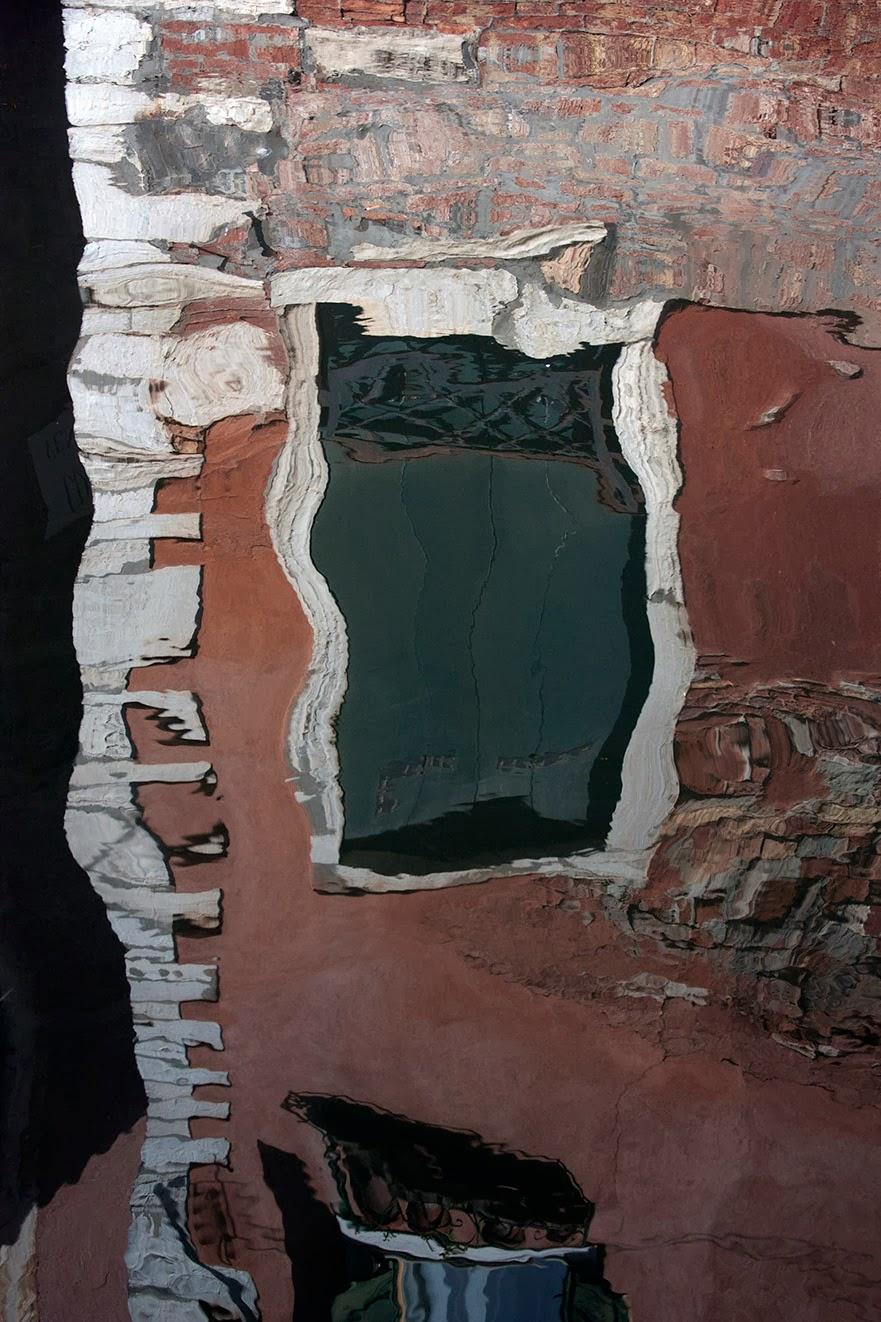 weerspiegeling raam in water