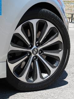 Hyundai genesis car 2012 tyres/wheel - صور اطارات سيارة هيونداى جينيسيس 2012