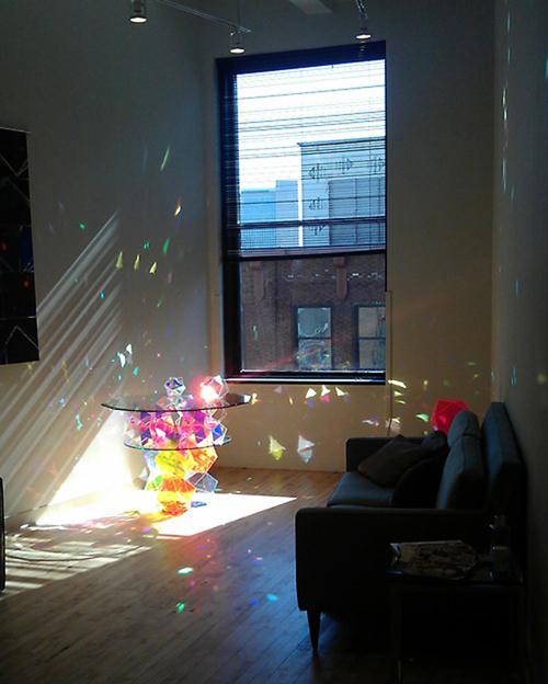 まるで色ガラスが砕けて飛び散っているように見えるジオメトリックなテーブル、何の役にも立たないけれどひたすら美しい物も良いね。