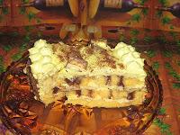 Torta sa bananama, pekmezom i pečenim rolatom u sebi