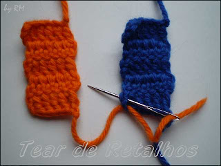 Primeiro ponto da costura com pontos invisíveis de duas amostras de crochê.