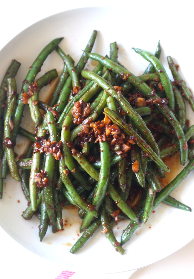 Garlicky Green Beans with Spicy Miso Sauce recipe by SeasonWithSpice.com