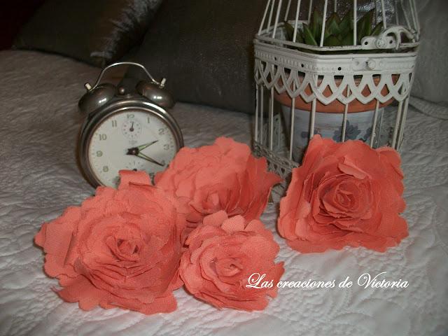 Las creaciones de Victoria. Rosas de tela. Stencil en dormitorio