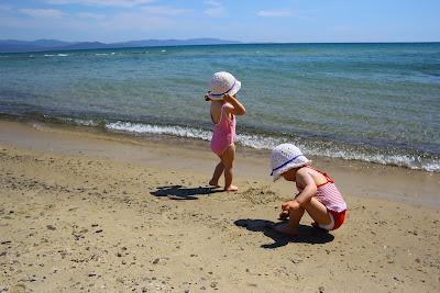 tengerparton a kislányok