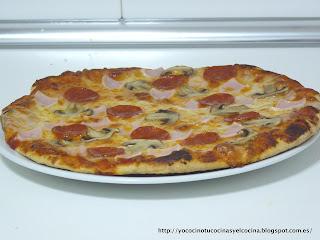 Pizza prosciutto, funghi e pepperoni