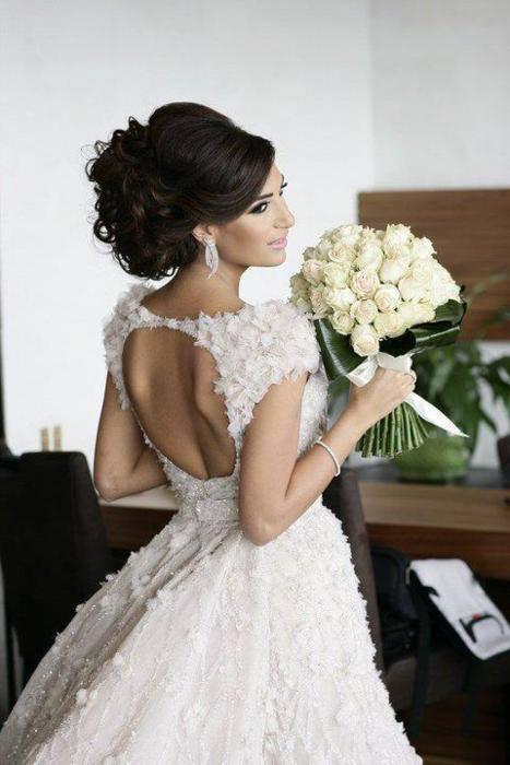 Брюнетка в свадебном платье картинка