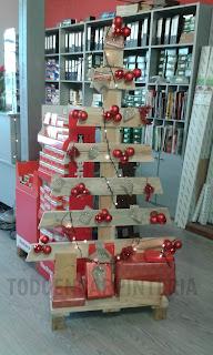 Reciclado de palets para hacer un árbol de Navidad.