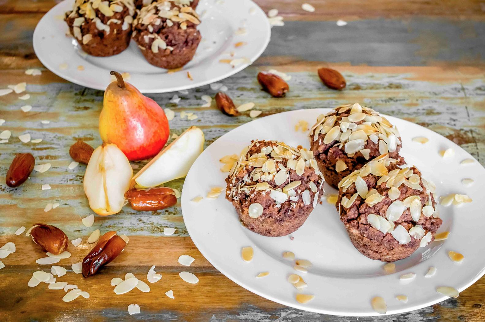 Muffins mit Dateln Birnen und Mandelsplittern