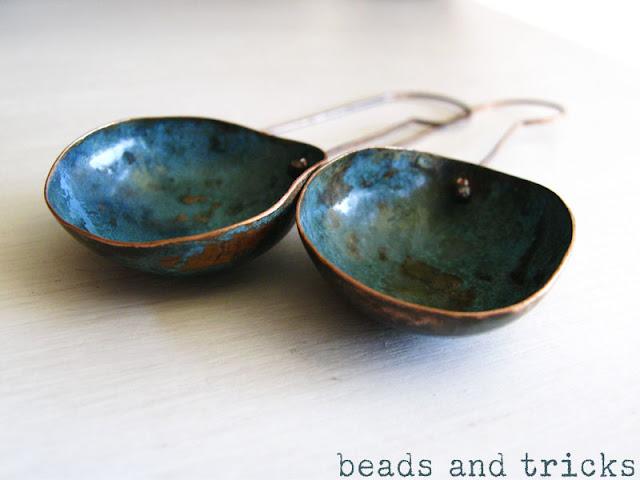 orecchini in rame forgiati a freddo con patina blu