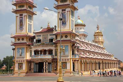 La façade principale du temple Cao Dai