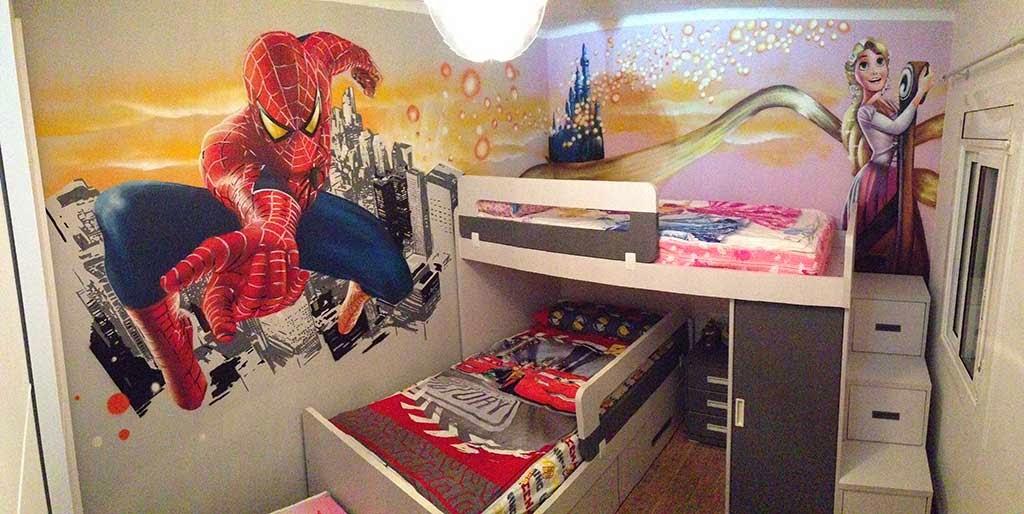 Graffiti de Spiderman y Rapunzel en habitación infantil.