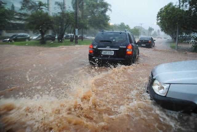 Temporal causa congestionamentos em Brasília