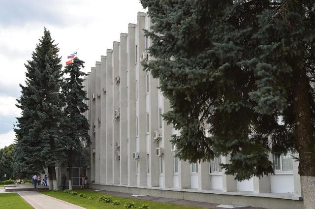 Отныне, направляясь в районную или городскую администрации в Сергиевом Посаде, следует иметь при себе паспорт или иное удостоверение личности.