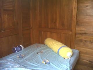 ruang dalam rumah saung