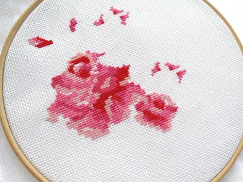 http://1.bp.blogspot.com/-OrKXcxJnbic/U62FuTtiYhI/AAAAAAAAY64/JUX9p-C8esc/s500/Cross+Stitch+Rose+WIP+2.jpg