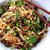 Chinesische Nudeln mit knusprigem Rindfleisch und grünem Gemüse