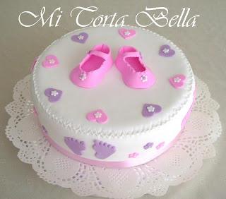 Delicada torta para Baby shower en colores rosado y lila.