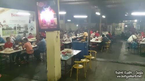 Suasana pengunjung masakan Bakmi Kadin Yogyakarta
