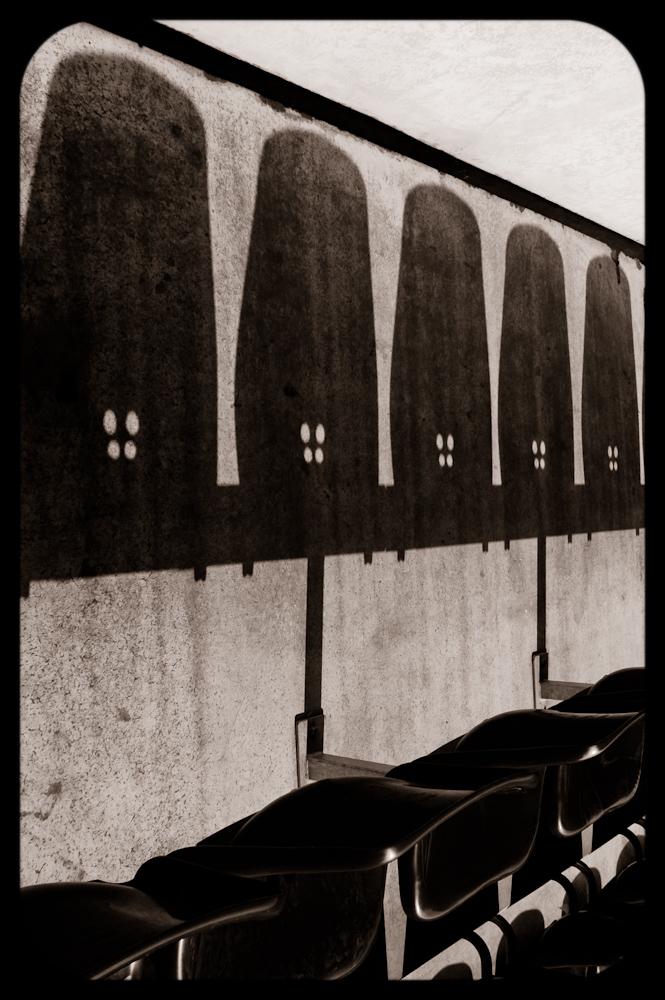 Abstrakcyjne zdjęcie krzesełek na trybunach stadionu Piasta w Gliwicach. fot. Łukasz Cyrus, Ruda Śląska.