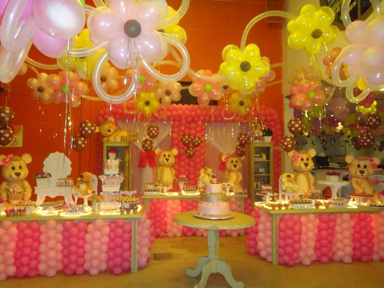 Ursos em mesas provençais e balões...