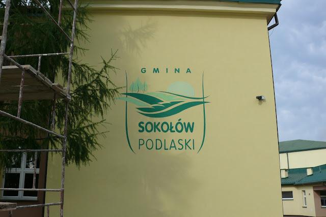 Ręczne malowanie loga na ścianie, logo wykonane na zewnętrznej elewacji