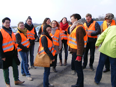 Menschen in Winterkleidung mit grellfarbenen Schutzwesten