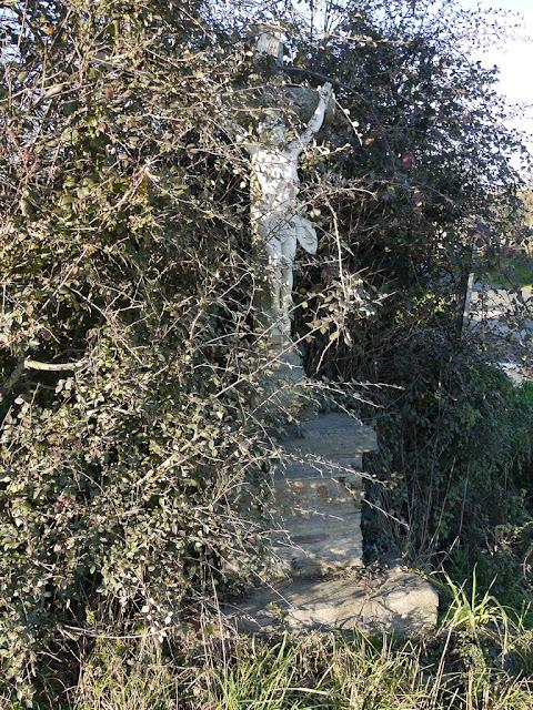 La croix de la Chesnais Pipriac, disparait sous les broussailles
