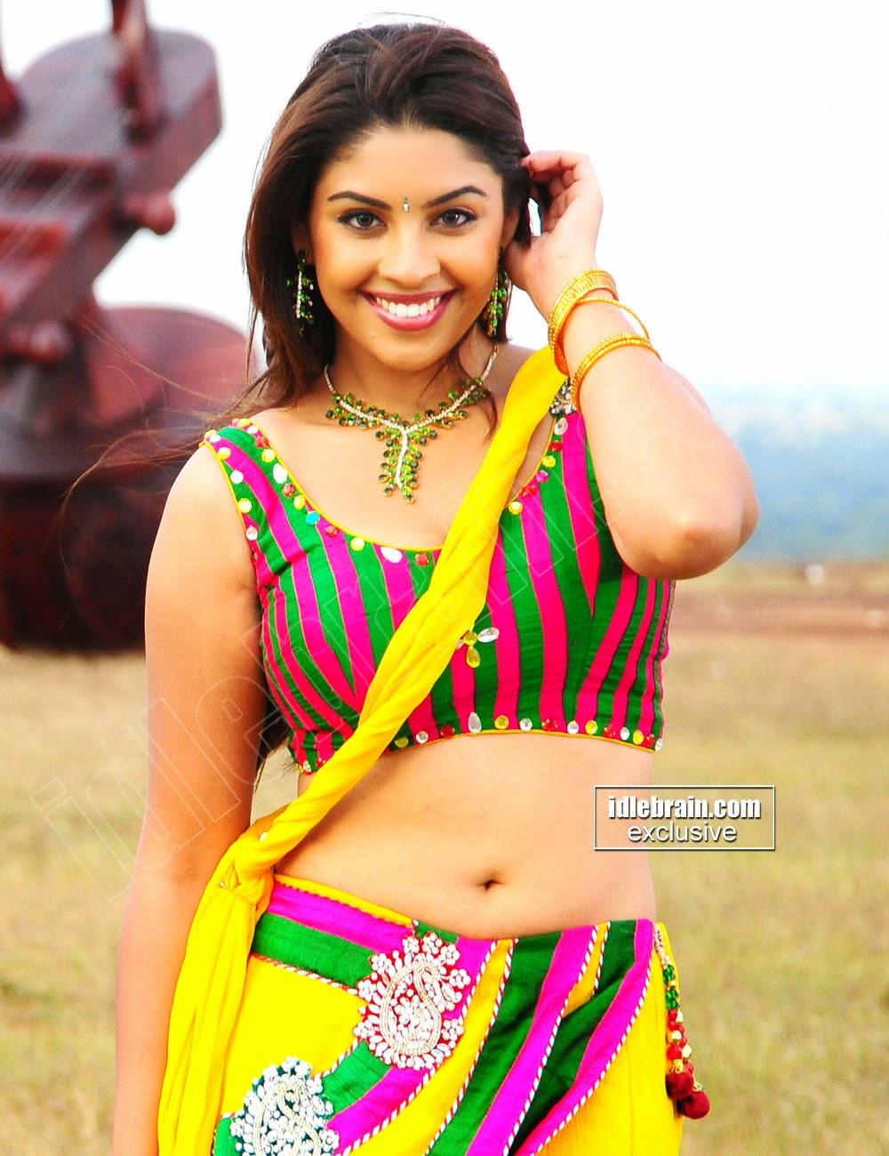 Richa Gangopadhyay  Damn Hot Exposing In Tight Blouse
