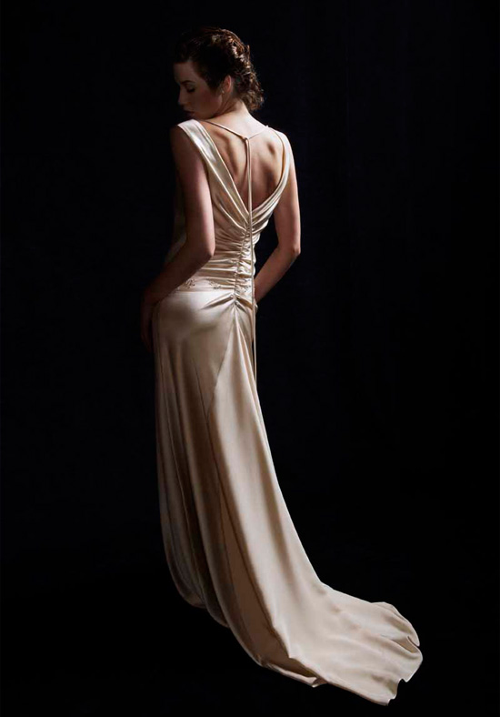 Top backless wedding dress adjusts to different body shapes