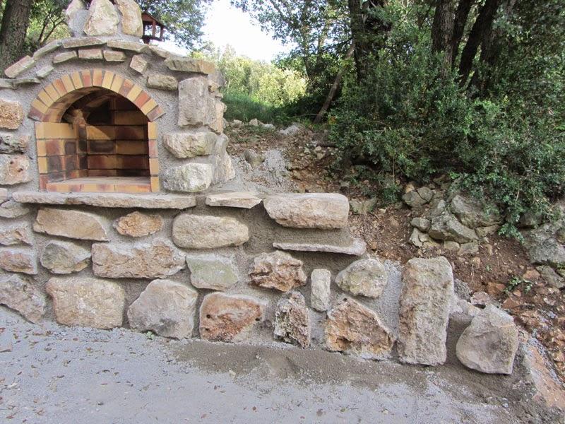 Construire un mur en pierres avec for Barbecue en pierre de taille