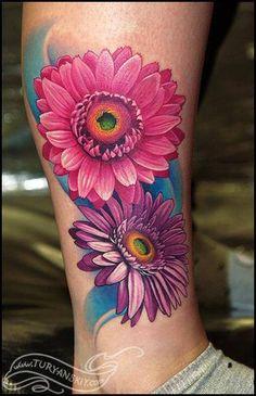 Kolorowy tatuaż kwiatów na łydce dla kobiety