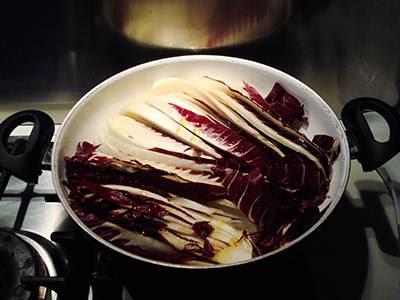 Strudel con radicchio e fontina: cuocere il radicchio in un tegame capiente
