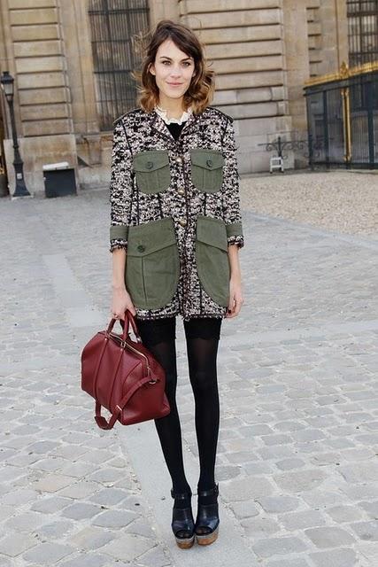 alexa chung usando um casaco verde