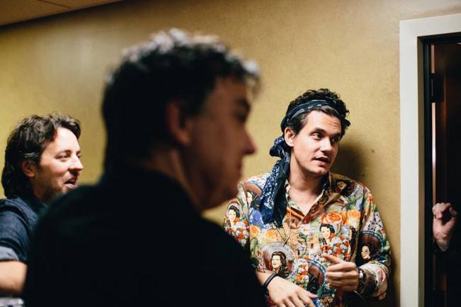 John Mayer habla con su banda