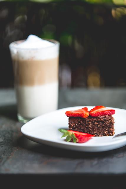 Brownies mit Schokotopping und Erdbeeren und Latte Macchiato