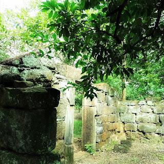 Ruínas da entrada de uma casa indígena localizadas próximas à praça central de Concepción de La Sierra.