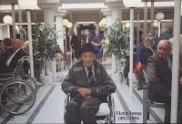 """Victor Iwens, als 101-jarige hier midden het feestgedruis van het rust-en verzorgingstehuis """"Den Olm"""""""